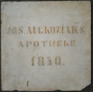 Tabla sa prve apoteke u Šidu