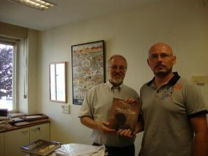 """Predaja knjige """"Jevreji u Šidu"""" upravniku biblioteke Jad Vašema u Jerusalimu"""